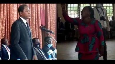 Photo de Cameroun : à Kumba une femme stoppe net Atanga Nji en plein discours