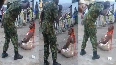Photo de Nigeria : un soldat fouette une femme pour « habillement indécent » (vidéo)
