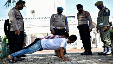 Photo de Indonésie: des hommes forcés à faire des pompes pour avoir omis de porter un masque