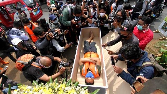 Indonésie: des hommes forcés à faire des pompes pour avoir omis de porter un masque