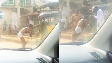 """Photo de Nigeria: Un soldat bat et déshabille une femme pour """" habillement indécent """" (vidéo)"""