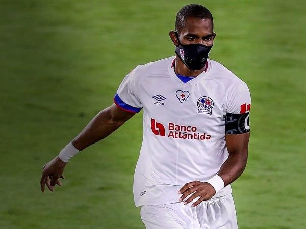 Jerry Bengtson, premier footballeur à porter un masque facial tout au long d'un match