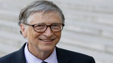 Photo de Bill Gates réagit après avoir reçu sa première dose de vaccin contre la Covid-19